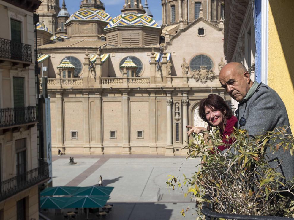Luis y Catherine, desde el balcón de su casa en la calle Alfonso, de Zaragoza.