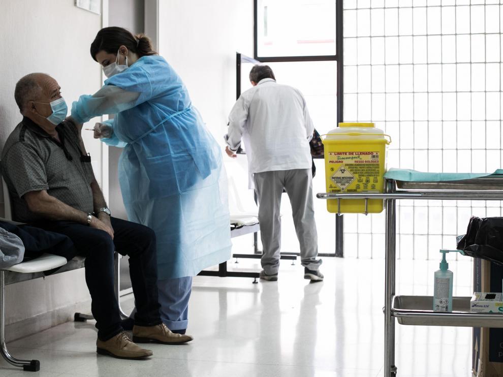 Vacunación con Janssen en el centro de salud Las Fuentes de Zaragoza.