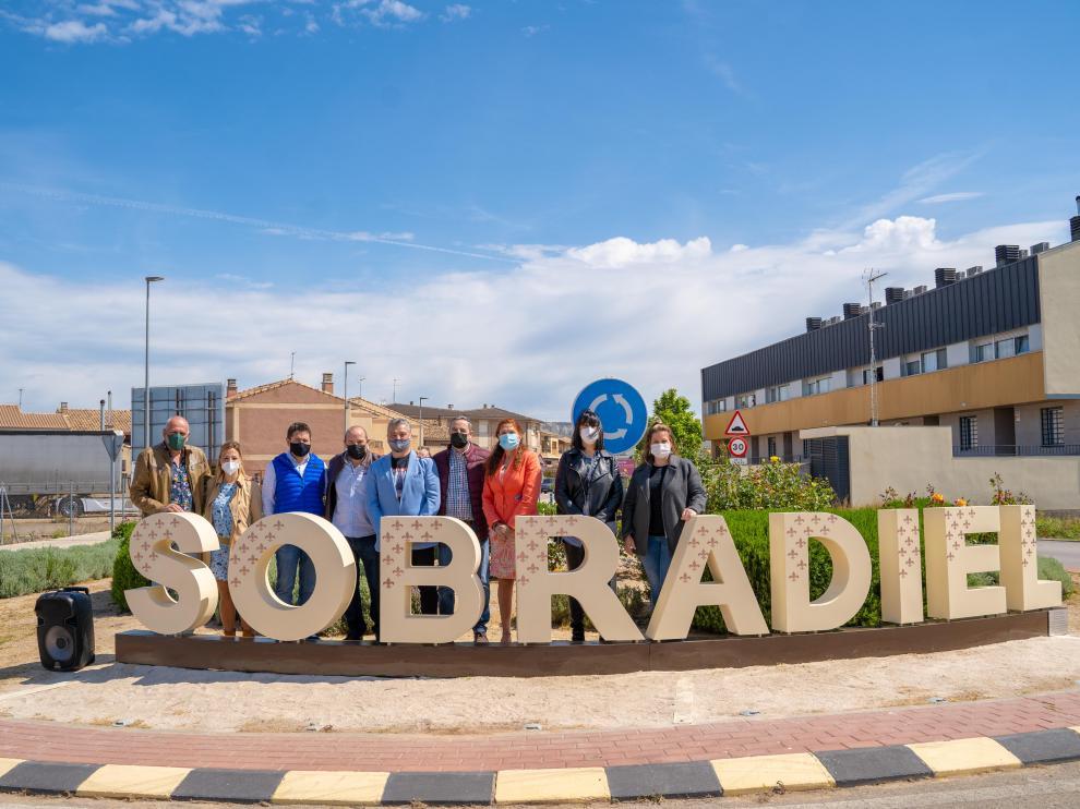 Inauguración de las letras gigantes de Sobradiel a la entrada del municipio zaragozano.