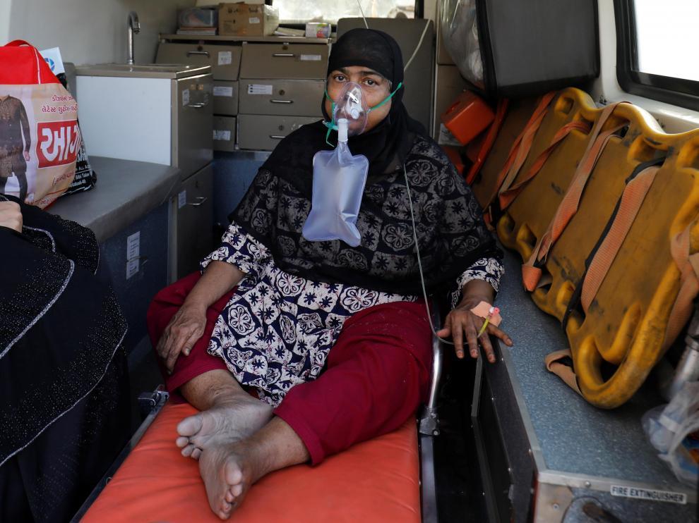 Un paciente espera en una ambulancia para entrar en un hospital covid en la India.