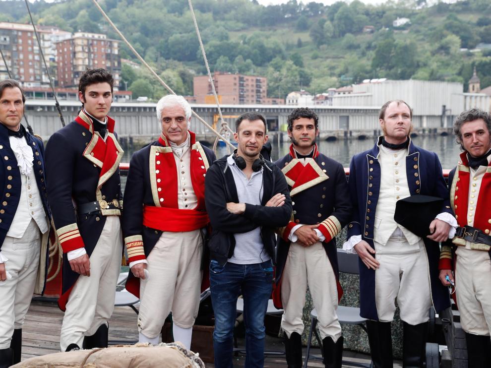 Amenábar, con varios actores durante el rodaje de 'La Fortuna'.