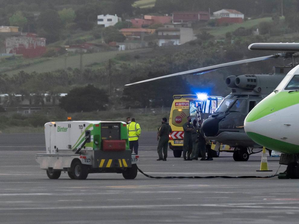 El helicóptero del Servicio Aéreo de Rescate con los tres inmigrantes rescatados de un cayuco