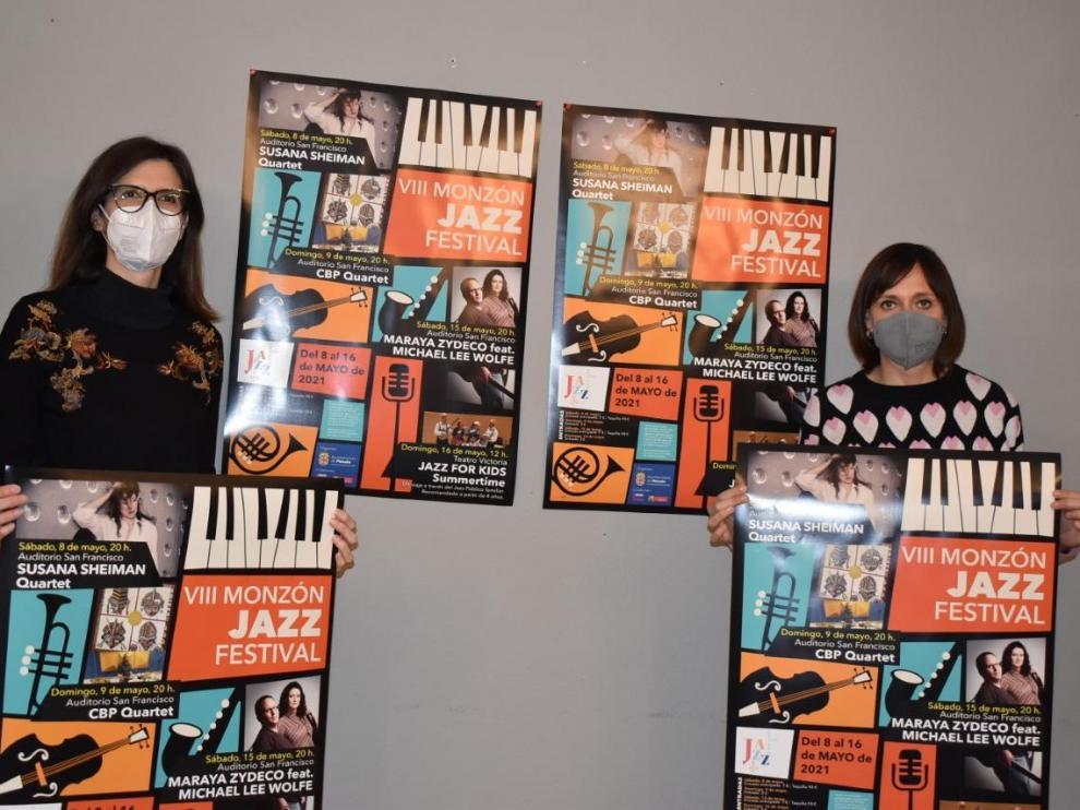 La concejal y la técnico de cultura, con el cartel del VIII Festival de Jazz de Monzón.