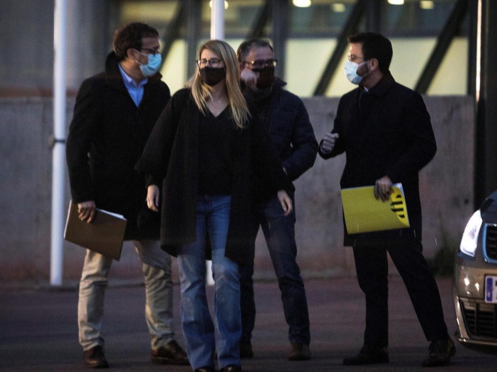 Elsa Artadi y Pere Aragonès, entre otros participantes, al salir de la reunión en Lledoners.