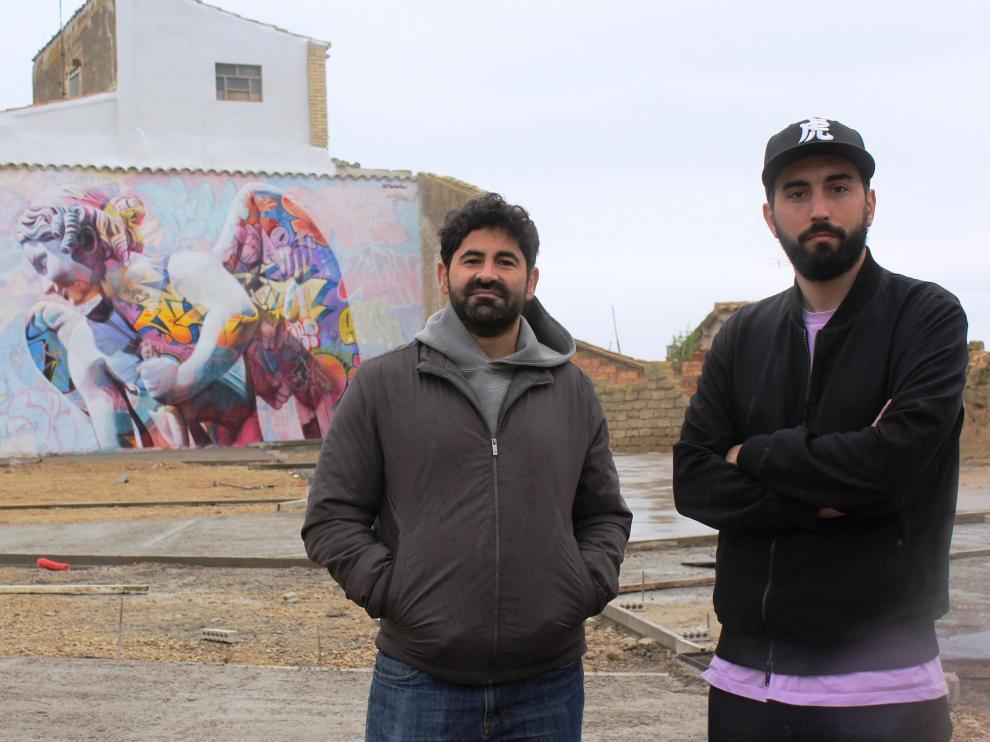 Juan Antonio Sánchez, Pichi, y Álvaro Hernández, Avo, frente a la obra creada en el entorno de la iglesia de Grañén