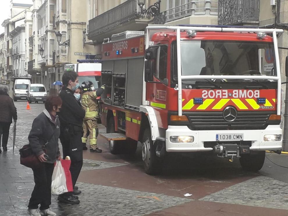 Los bomberos en labores de extinción del incendio ocurrido en la calle Zocotín de Jaca.