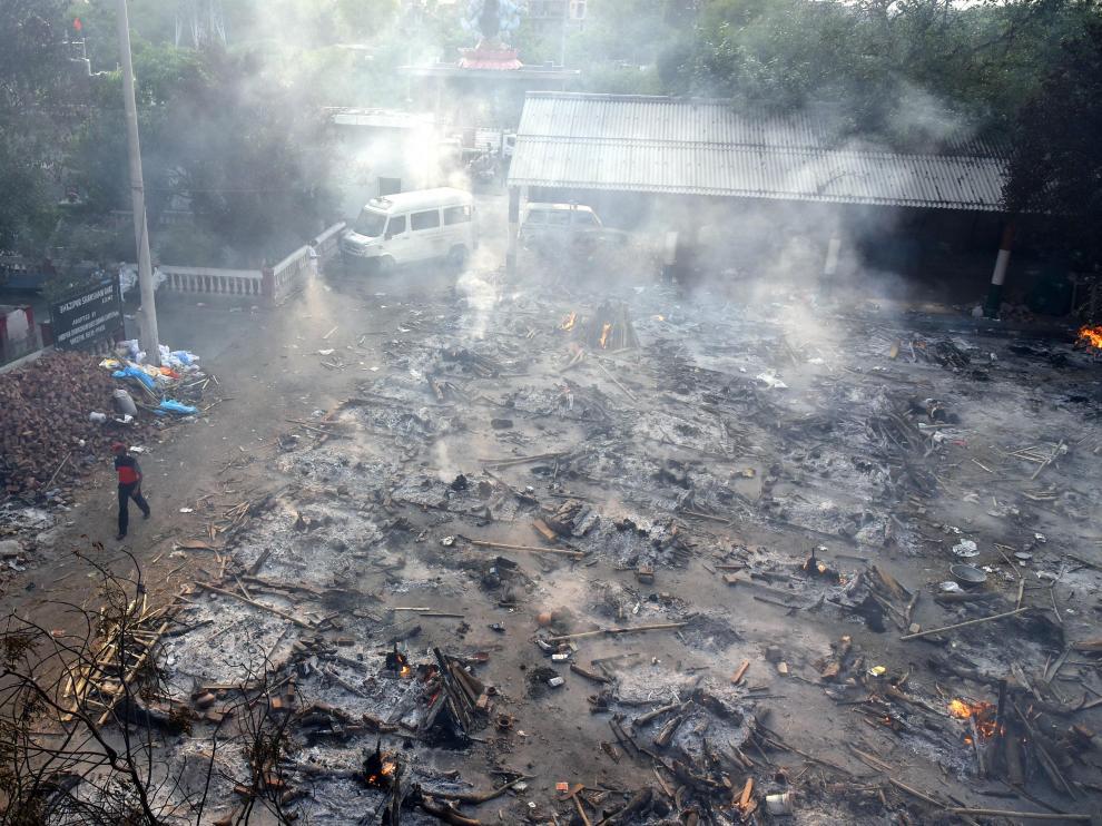 Restos de la incineración masiva de fallecidos por covid en Nueva Delhi.