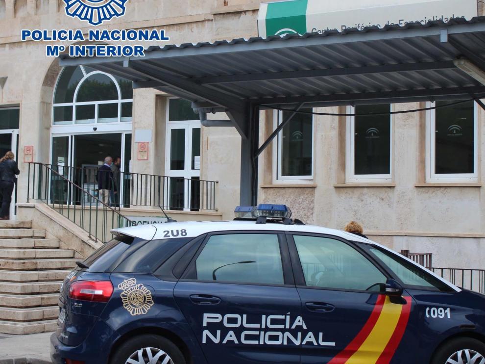 Un coche de Policía junto al hospital Bola Azul de Almería.
