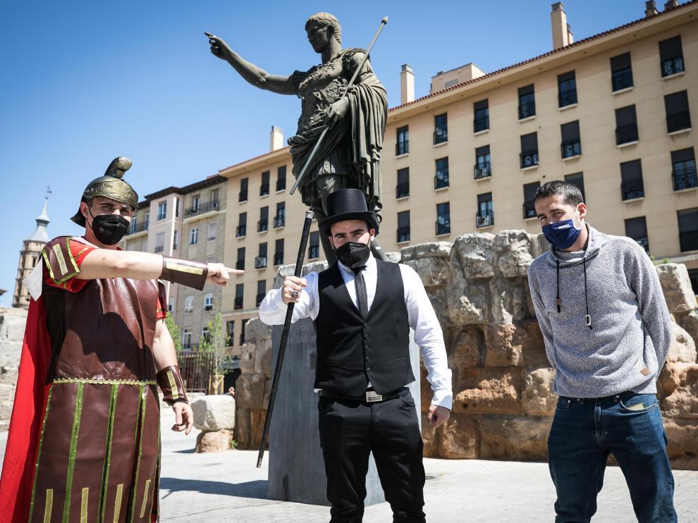 Blesa, Escribano y Giménez, ayer junto a la estatua de César Augusto.