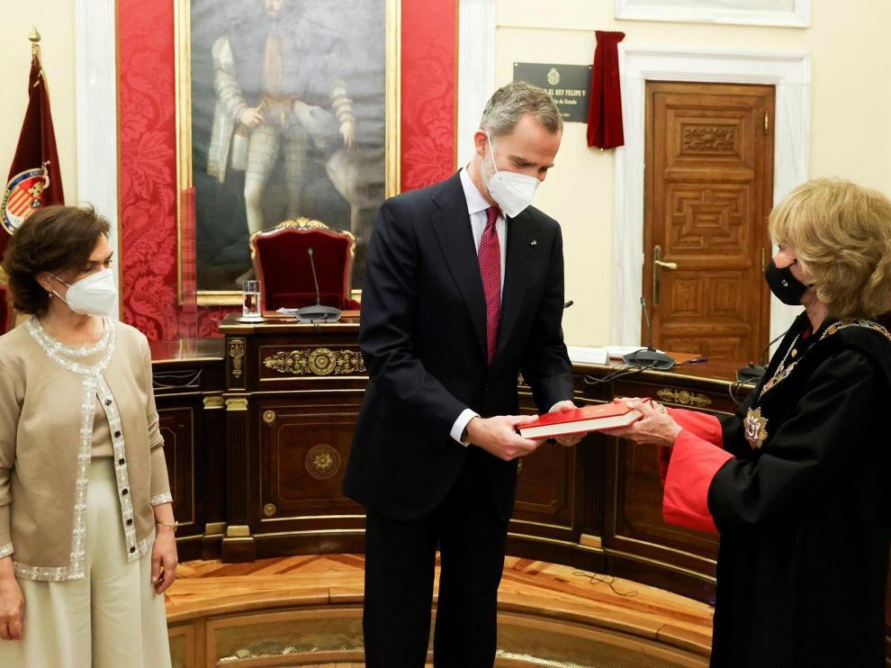 El Rey, en el Consejo de Estado con la vicepresidenta Carmen Calvo (i) y la presidenta de la institución, Teresa Fernández de la Vega.
