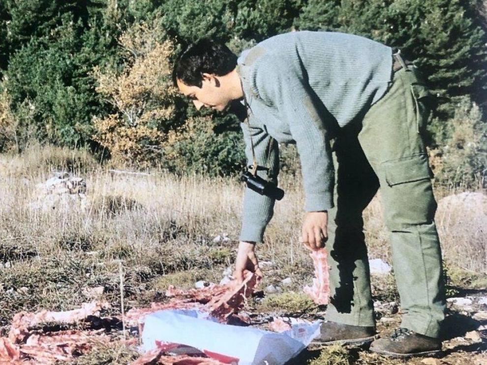 Pascual Garrido aportando comida a un muladar de quebrantahuesos. La foto la tomó el compañero David Gómez Samitier y la incluyó en su libro 'Pájaro de Barro'.