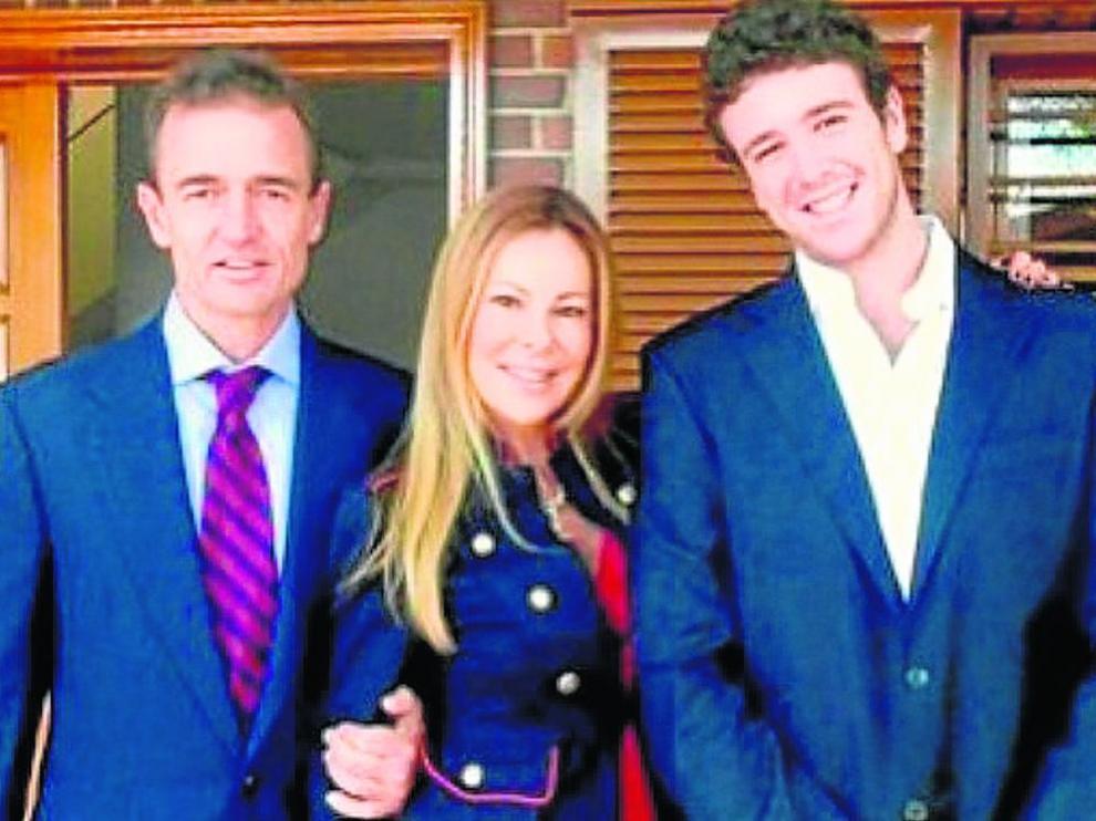 Alessandro Lequio y Ana Obregón, en una imagen de Instagram junto a su hijo Aless