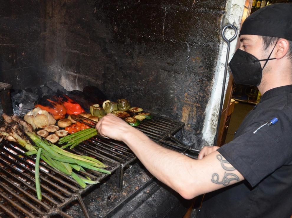 En la Taberna Tío Jorge las verduras se preparan en una brasa alimentada con carbón vegetal.