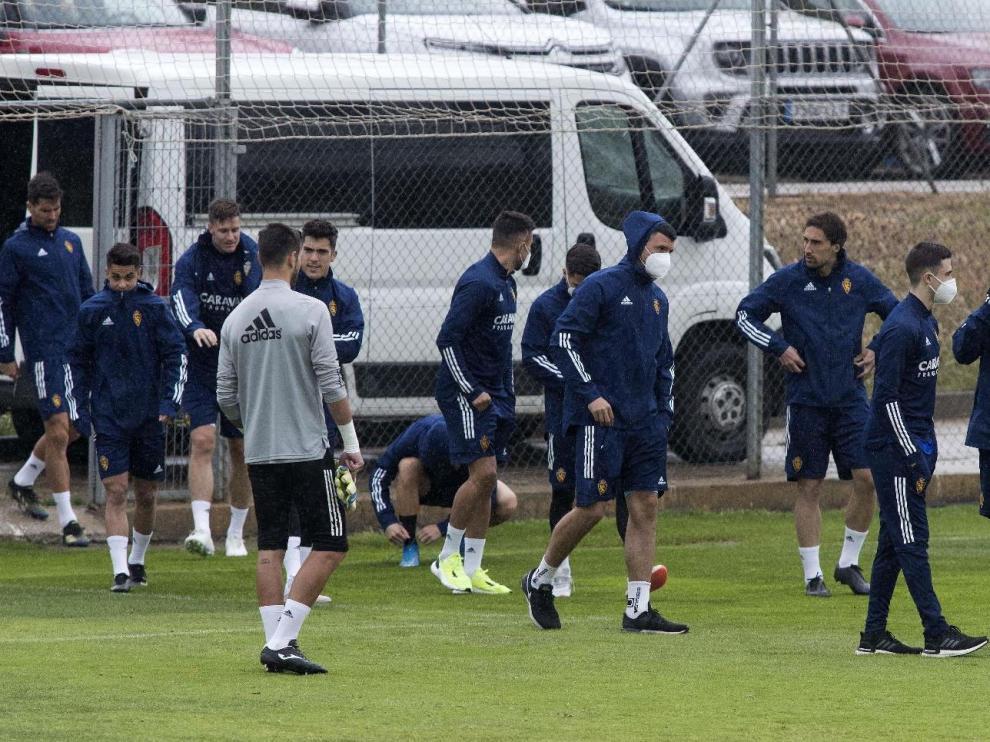 La plantilla zaragocista, al inicio del entrenamiento último antes de viajar a Lugo.