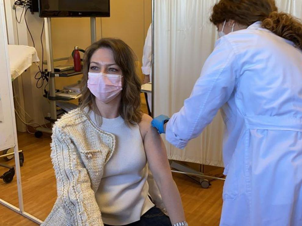 La directora del hospital de Barbastro, Elena Castellar, que ejerce de médico internista, vacunándose.