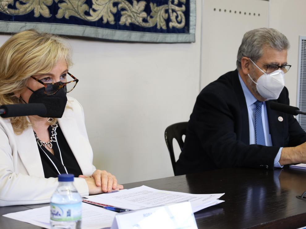 La vicerrectora de Política Científica, Rosa Bolea, y el rector de la Universidad de Zaragoza, José Antonio Mayoral.