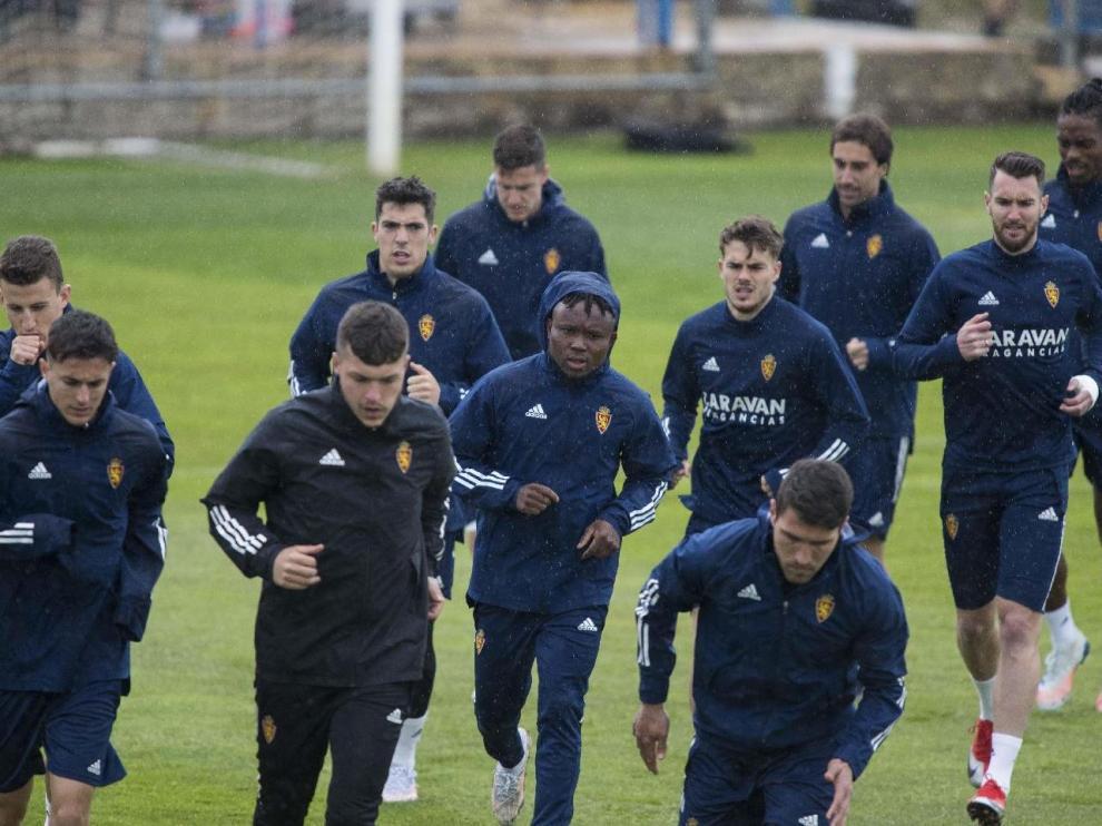 Los jugadores del Real Zaragoza, en el último entrenamiento bajo el aguacero en la Ciudad Deportiva.