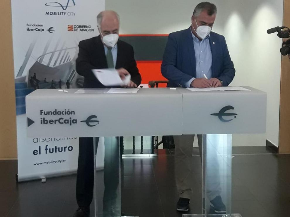 José Luis Rodrigo, director general de Fundación Ibercaja y Eduardo Colell, director en Fundación Educatrafic, firmaron el acuerdo de adhesión.