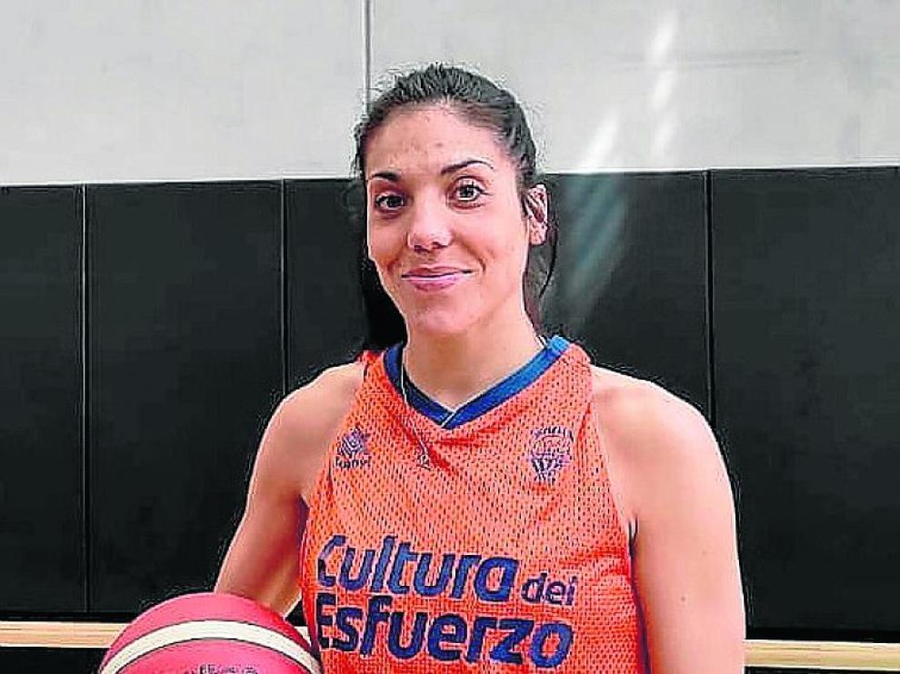 Cristina Ouviña, sonriente en las instalaciones del Valencia Basket.