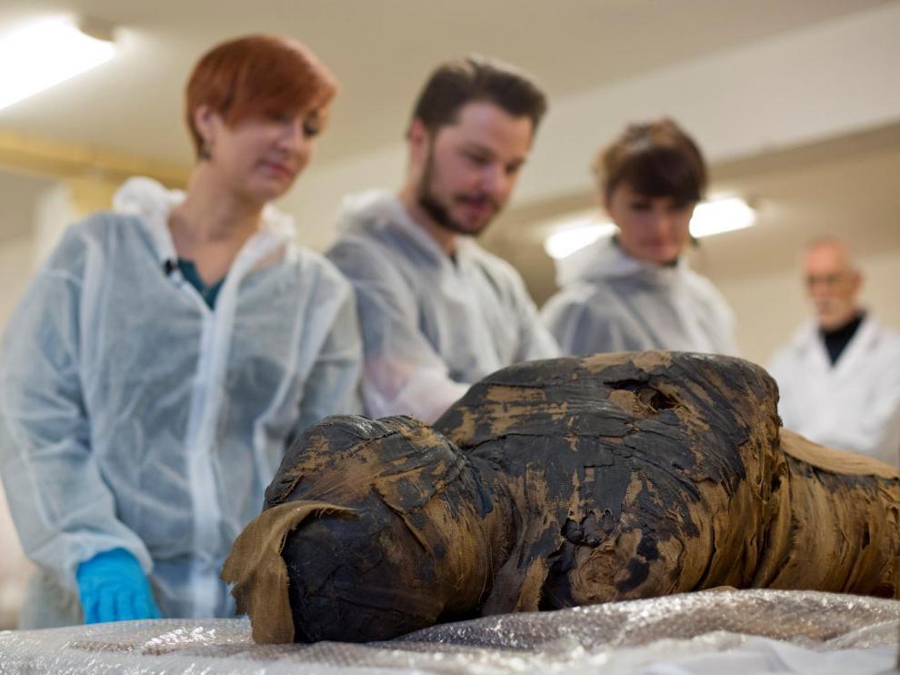 Investigadores de la Universidad de Varsovia, con la momia de la mujer embarazada.