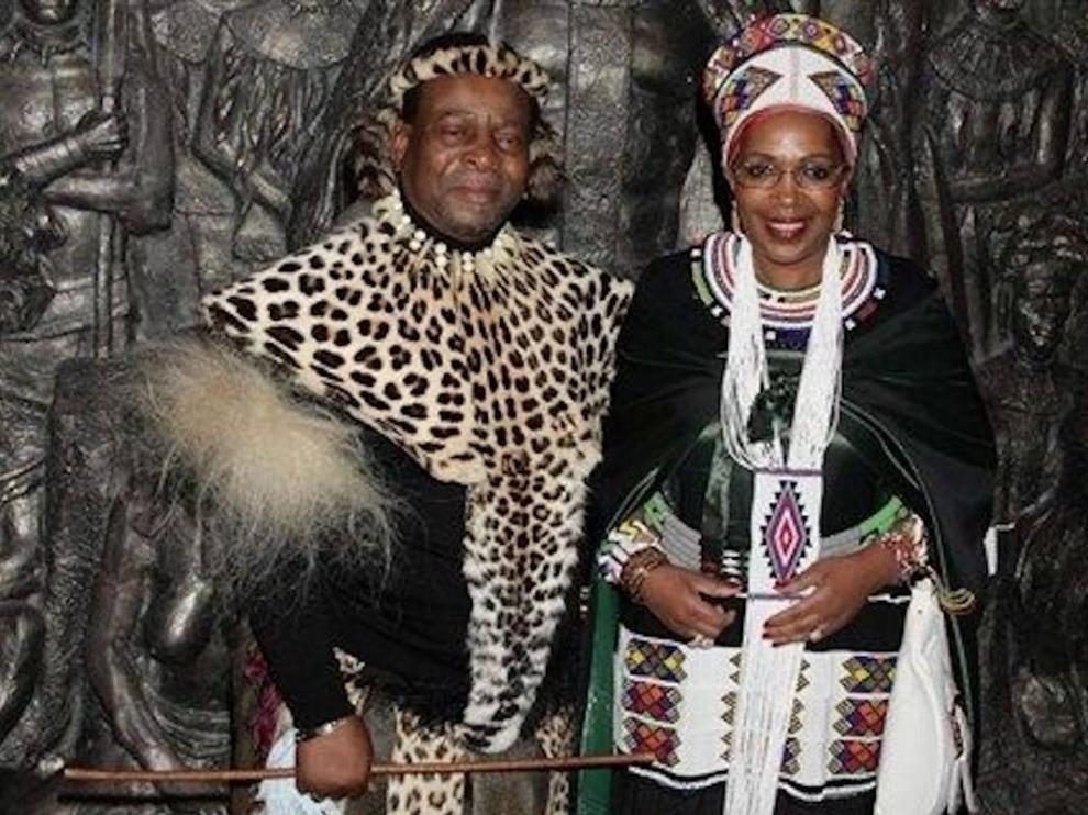 La reina, junto a su marido, el rey.