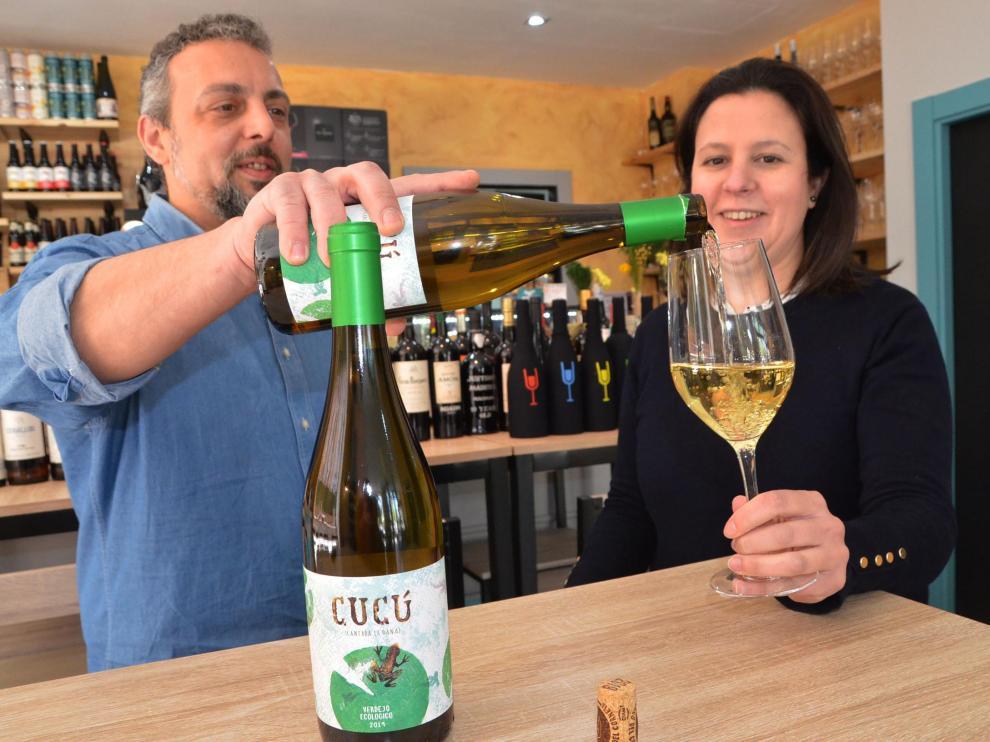 Natalia Martínez y Rubén Martín ofrecen el verdejo Cucú en Amontillado.