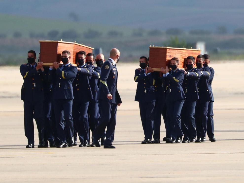 Varios militares portan a hombros los féretros de los periodistas y del cooperante irlandés