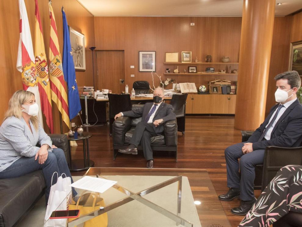 La presidenta de la Asamblea de Extremadura, Blanca Martín, en su encuentro con el presidente de la Diputación de Huesca, Miguel Gracia, y el alcalde de Huesca, Luis Felipe.