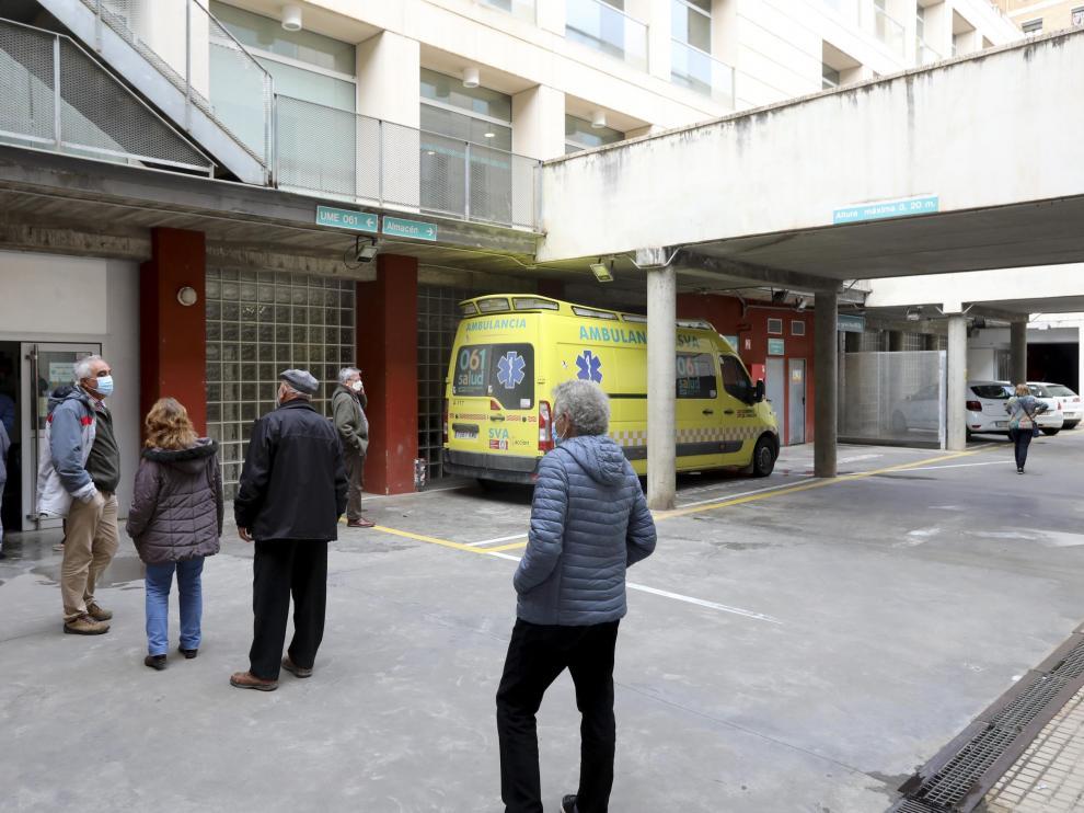 La cola para la vacunación entorpece a veces la entrada y salida de la ambulancia UME.