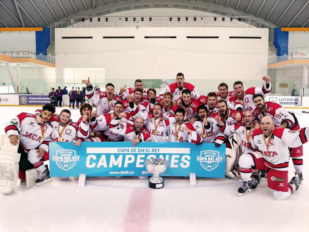 Los jugadores del CH Jaca posan con el trofeo de la Copa del Rey.