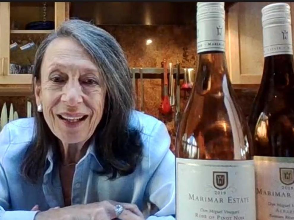 Marimar Torres y los dos vinos de su bodega catados.