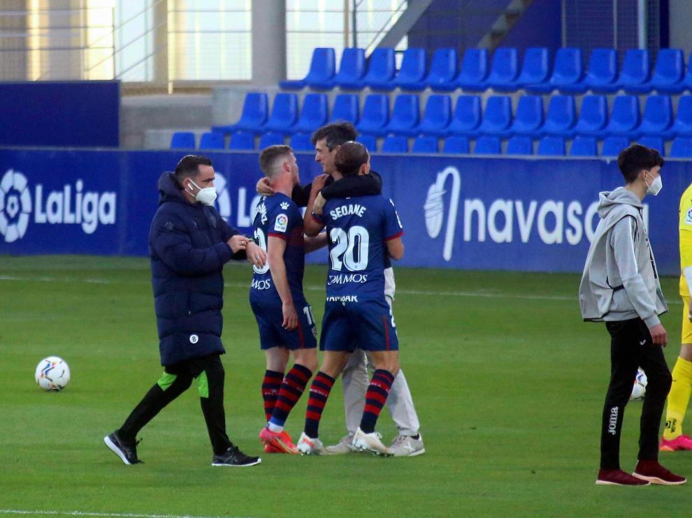 Pacheta se abraza con Sergio Gómez y Seoane tras la victoria ante la Real Sociedad.