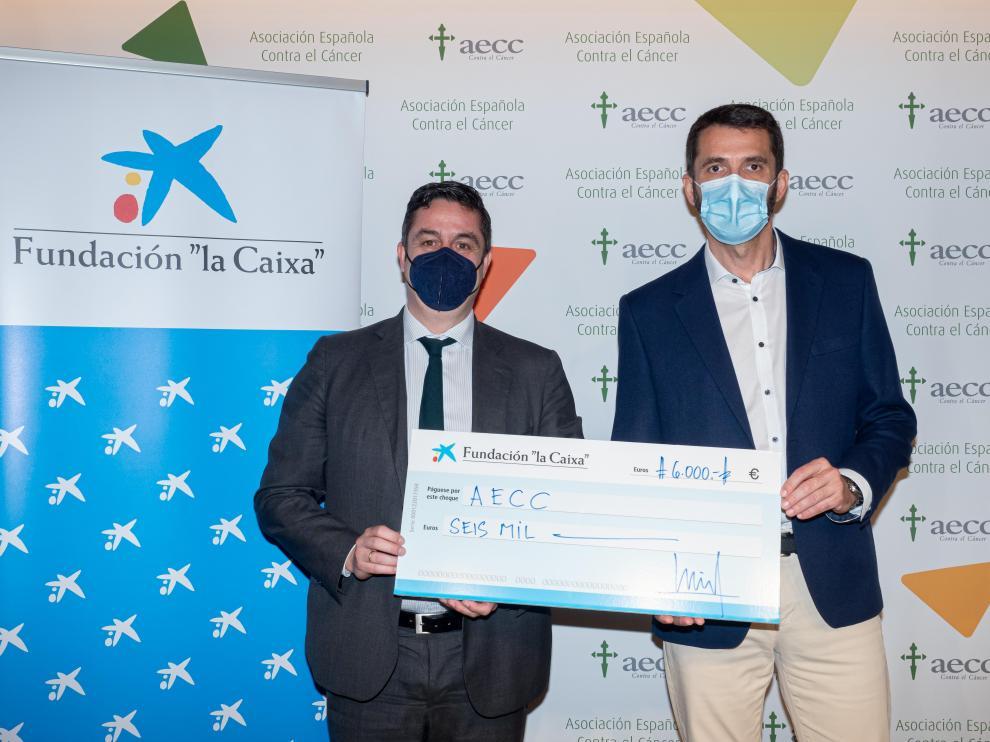 Acuerdo suscrito entre Eloy Ascaso, director comercial territorial Ebro de Caixa Bank, que ha sido recibido por Patxi Garcia Izuel, director de AECC en Aragón