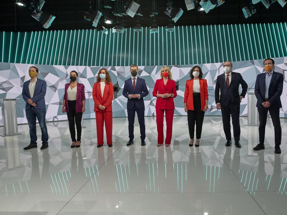 Iglesias, Monasterio, García, Díaz Ayuso, Gabilondo y Val, los seis candidatos a las elecciones durante su debate en Telemadrid, con los moderadores en el centro
