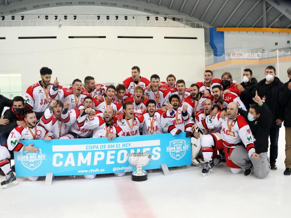 Los jugadores del CH Jaca, con su copa de campeones.