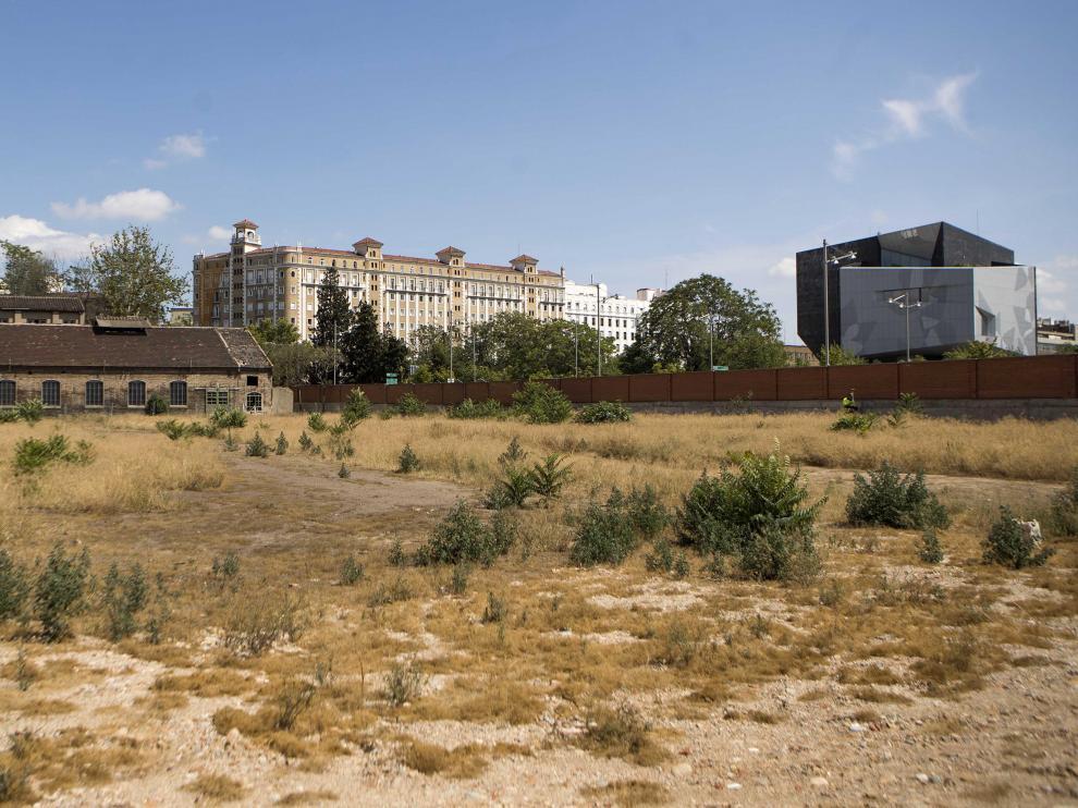 Vista de los terrenos de la antigua factoría de Averly, con el edificio Caixaforum al fondo.