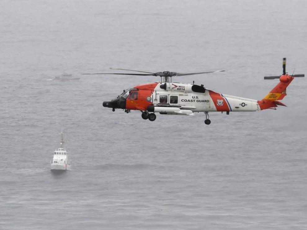Un helicóptero de la Guardia Costera de Estados Unidos sobrevuela el área donde ocurrió el naufragio.