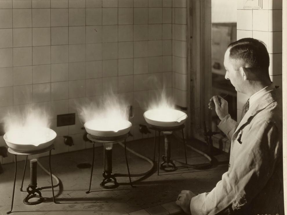 Tres mecheros Bunsen, en un laboratorio de la Dearborn Chemical Company en una imagen de 1934.