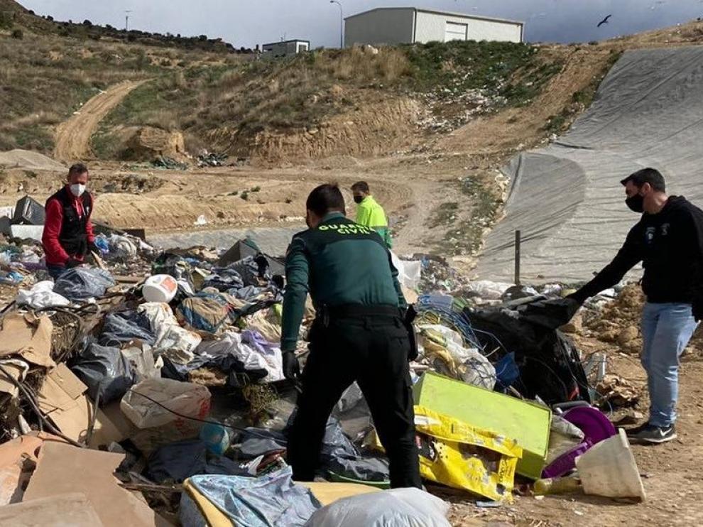 Los agentes inspeccionaron el interior de un contenedor de residuos al que se habían arrojado objetos robados.