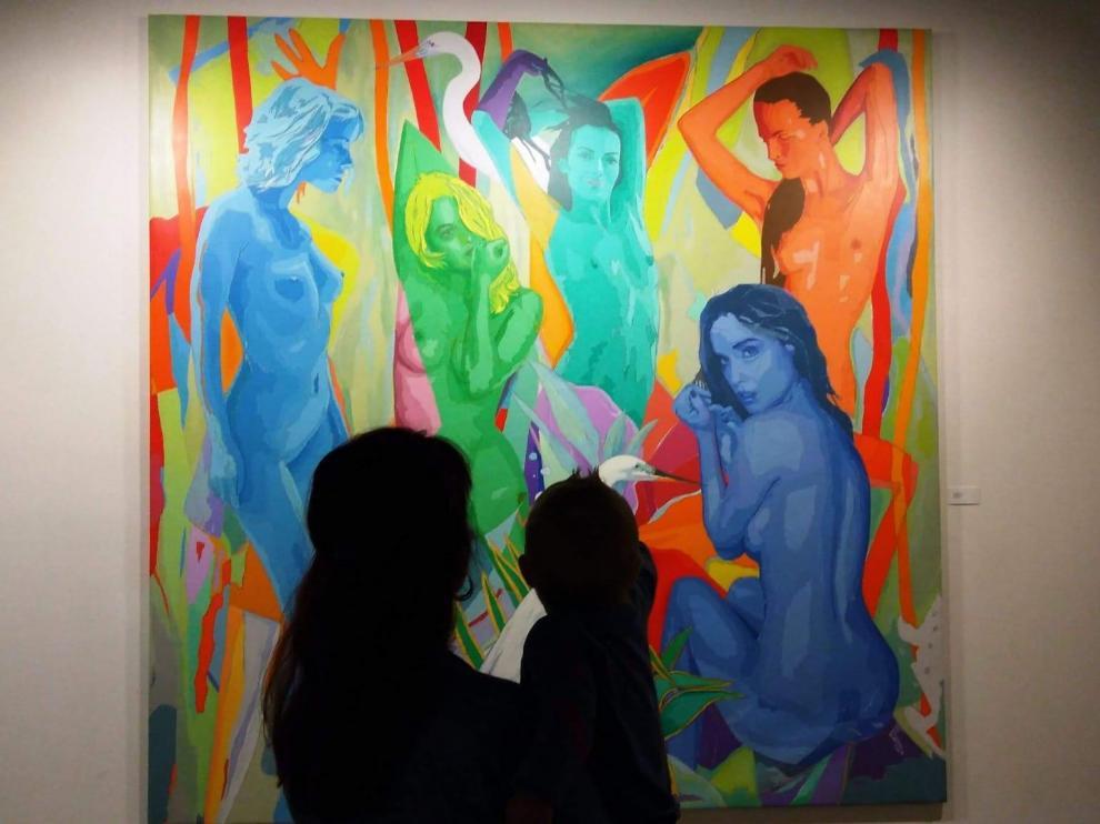 Mirella Ainaga con su bebé en brazos en una exposición en el Museo Pablo Gargallo.