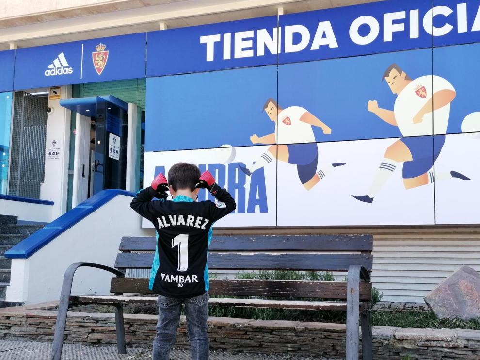 Un pequeño aficionado posa con la camiseta de su ídolo Cristian Álvarez, tras comprarla este fin de semana en la tienda del club.