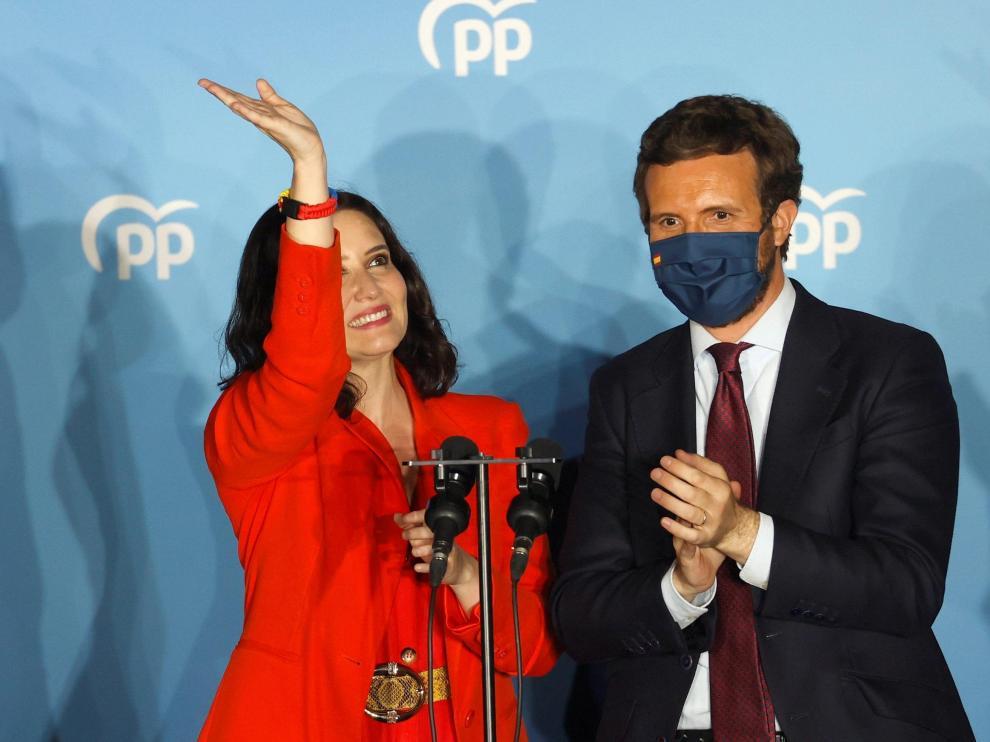 Isabel Díaz Ayuso y Pablo Casado en el balcón de la sede del PP en la calle Génova