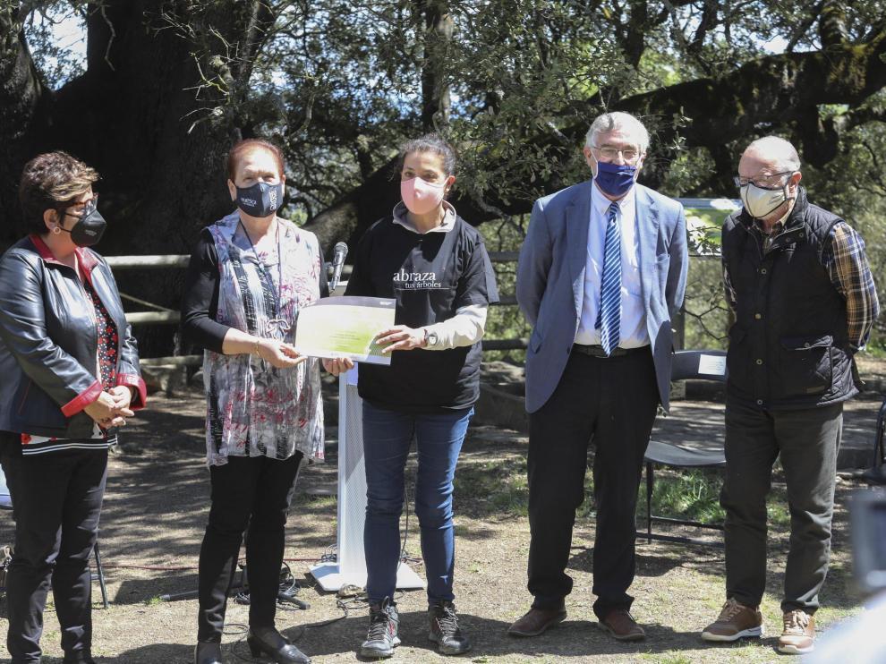 El director general de Biodiversidad, a la derecha, junto a Olona, en la entrega del diploma a la carrasca de Lecina.