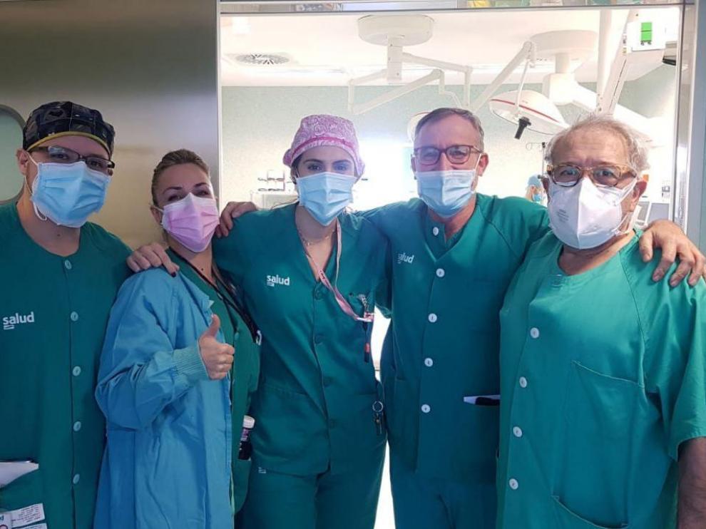 Grupo de servicio en la entrada de quirófano en el Hospital Miguel Servet. De izquierda a derecha: Juan Diego (MIR), Nadia (adjunta), Raquel (instrumentista), Javier García Tirado y Fermín (adjunto).