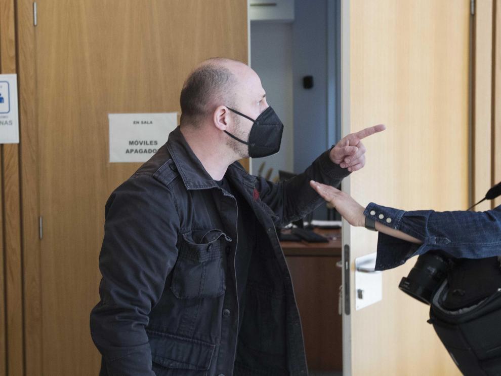 El acusado propinó un manotazo a una reportera gráfica en los pasillos de la Audiencia de Zaragoza antes de que comenzase el juicio, amenazó a los informadores y trató de impedir su labor..