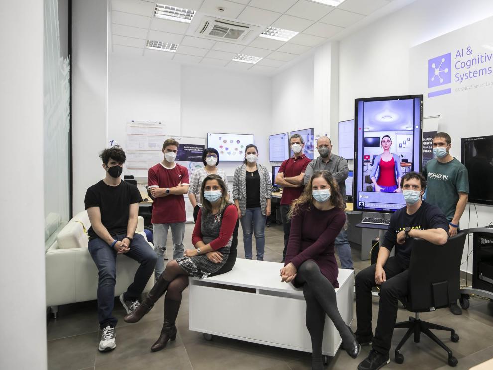 Equipo de Inteligencia Artificial y Sistemas Cognitivos de Itainnova, junto a la asistente virtual Pilar. Guillermo Mestre