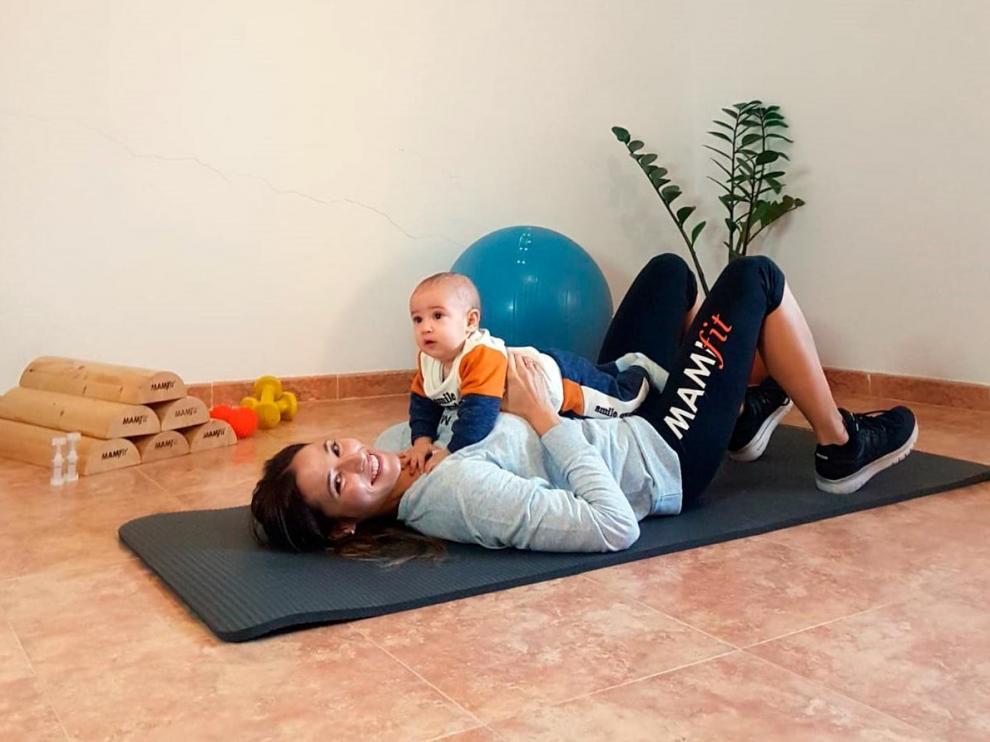 Yoana Bautista, con su hijo pequeño Roque, en su casa de Alcorisa.