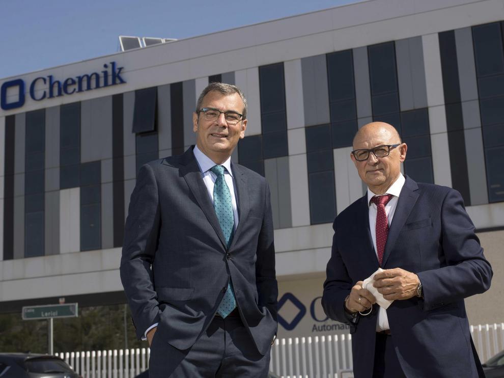 José Luis Celorrio y Ernesto López, ante la nueva sede de Chemik en Plaza.