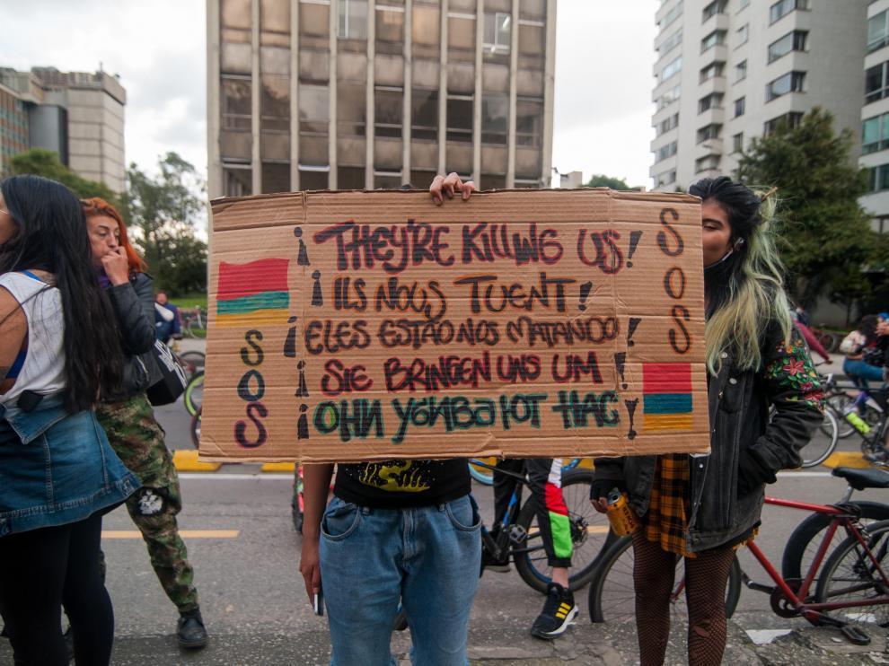 Una persona sostiene un cartel en el que se denuncia la represión policial, el viernes en Bogotá.