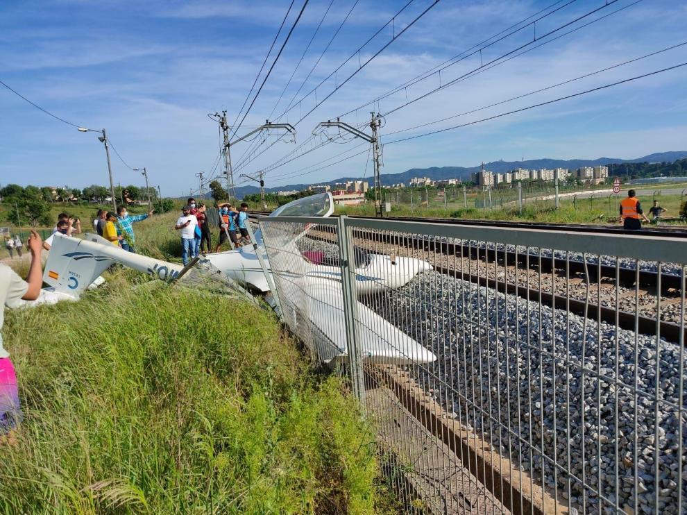 Se estrella una avioneta en Sabadell y corta la circulación de trenes